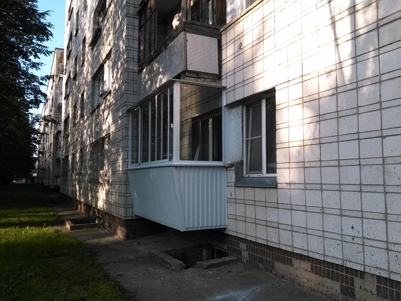 остекление балкона с выносной конструкцией