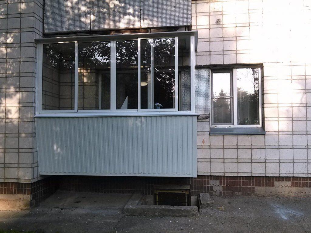 остекление балкона с выносной конструкцией - пример работы