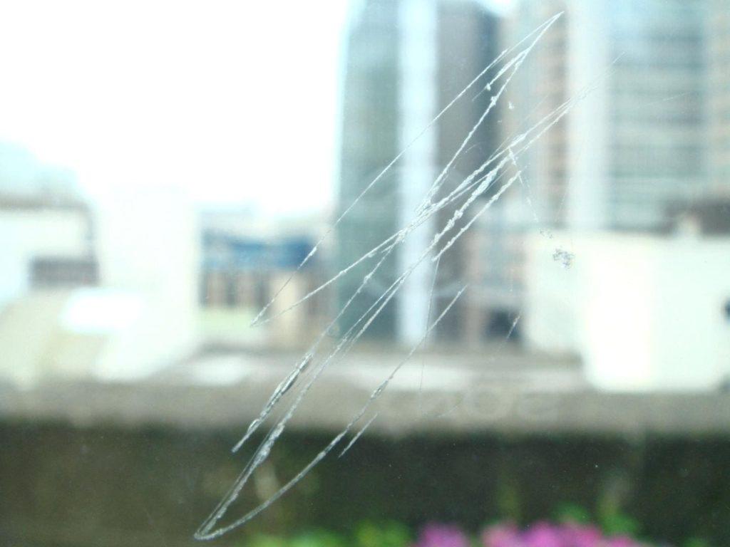царапины на окнах